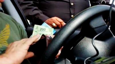 """Tránsitos al acecho… aliste la """"mordida"""" de 50 y hasta 100 pesos"""