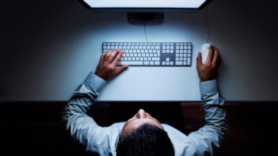 4 riesgos para la salud por pasar mucho tiempo en la computadora