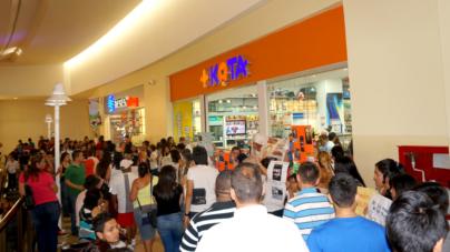 Organizaciones protestan contra la venta y maltrato animal afuera de Maskota Forum