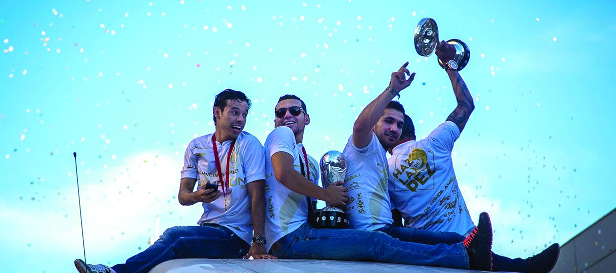 CULIACÁN, SINALOA, 25MAYO2015.- Cientos de aficionados al equipo Dorados de Sinaloa recibieron, festejaron y acompañaron al equipo de casa, quien logró el ascenso a la primera división del futbol mexicano al vencer tres goles a uno al equipo Hidrorayos del Necaxa. Los jugadores realizaron un desfile por las principales avenidas de la ciudad para celebrar el logro obtenido. FOTO: RASHIDE FRIAS / CUARTOSCURO.COM