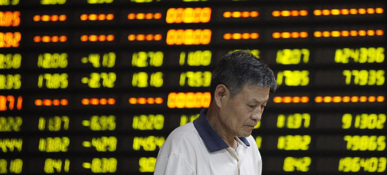 FUZ04 HUAIBEI (CHINA) 27/07/2015.- Un inversor pasa delante de una pantalla que muestra la cotización de varios valores en una oficina de corretaje en Huaibei, en la provincia central china de Anhui, hoy, 27 de julio de 2015. Las bolsas chinas sufrieron hoy uno de los mayores desplomes de su historia, el mayor desde 2007, con caídas de un 8,48 por ciento en Shanghái y un 7,59 por ciento en Shenzhen, apenas dos semanas después de empezar a recuperarse de su peor mes, en el que llegaron a perder un tercio de su valor. EFE/Woo He PROHIBIDO SU USO EN CHINA