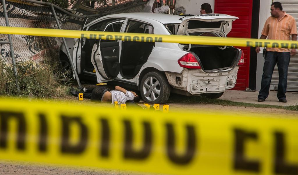 CULIACÁN, SINALOA, 24JUNIO2015.- Un enfrentamiento entre policías y presuntos delincuentes dejó como saldo una persona sin vida y cuatro heridos de gravedad, entre ellos, tres policías estatales. La información indica que los delincuentes robaron un automóvil de un restaurante ubicado en el Boulevard Las Torres en la colonia Terranova en donde dio inicio la persecución. Las víctimas recorrieron varios kilómetros sobre la carretera Culiacán,Mazatlán en donde otro grupo de la policía los esperaba. Sin embargo, los sujetos armados dispararon a los agentes, quienes repelieron la agresión. FOTO: RASHIDE FRIAS /CUARTOSCURO.COM