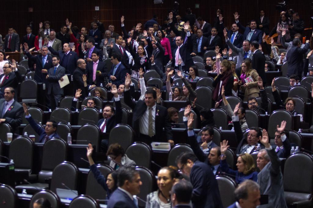MÉXICO, D.F., 18OCTUBRE2015.- Diputados del PRI y PAN durante una votación en el Pleno de la Camara de Diputados. FOTO: ENRIQUE ORDÓÑEZ /CUARTOSCURO.COM