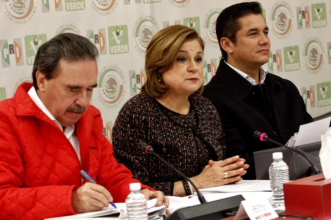 MÉXICO, D.F., 28ENERO2016.- La procuradora Arely Gómez se reunió con senadores del PRI, encabezados por su coordinador Emilio Gamboa Patrón, durante la reunión plenaria en el Senado de la República. FOTO: ISAAC ESQUIVEL /CUARTOSCURO.COM