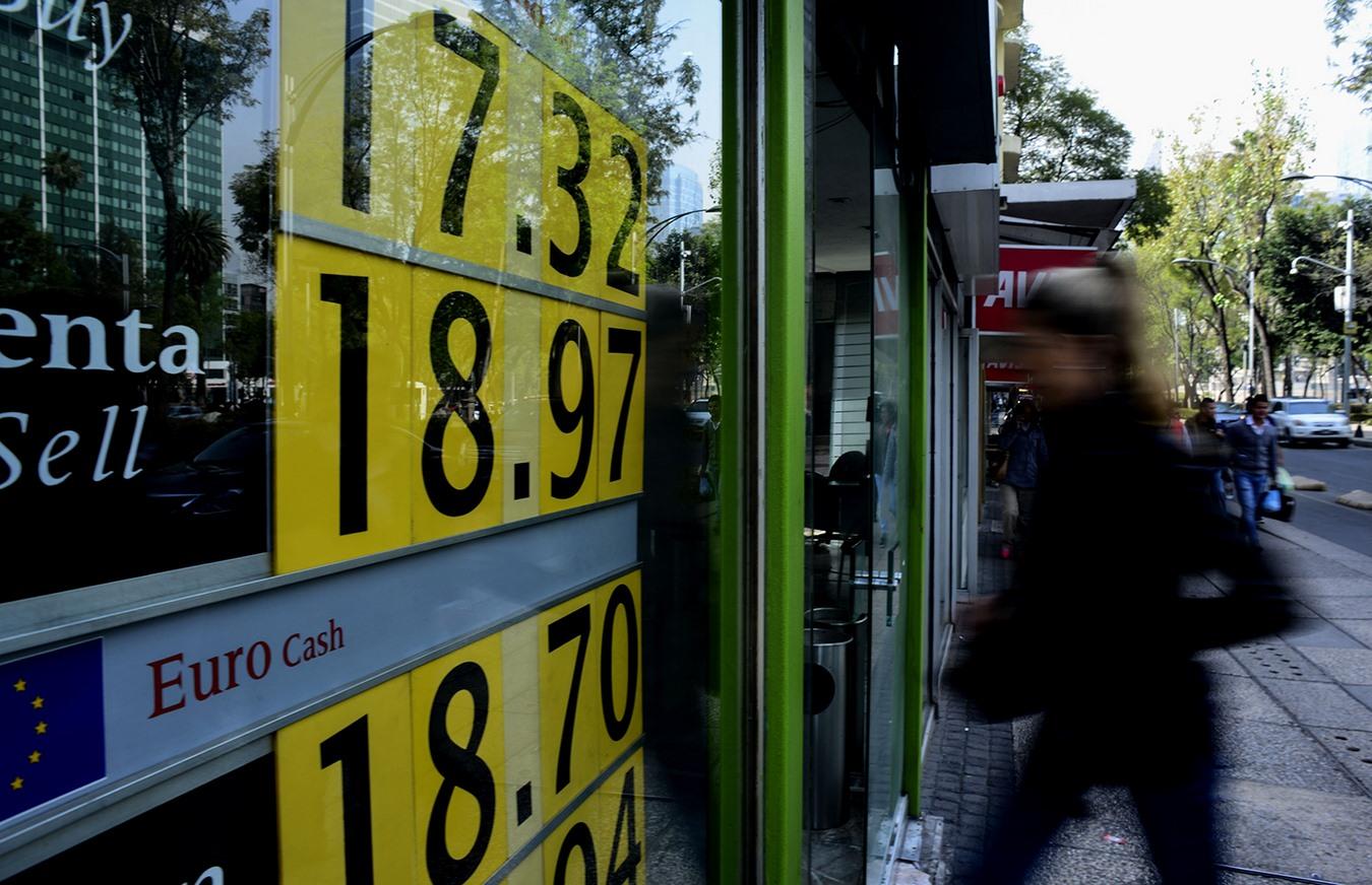 MÉXICO, D.F., 20ENERO2016.- El peso sigue perdiendo su valor frente al dólar. Podemos observar que el tipo de cambio asciende hasta los 18.97 pesos por cada dólar. FOTO: ISABEL MATEOS /CUARTOSCURO.COM