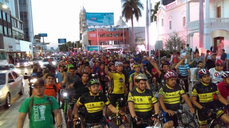 Multitud en bicicleta invade Par Vial | ¡Toma tus 10 ciclistas!