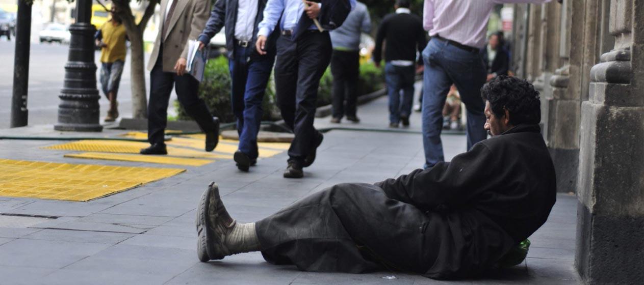 BOG100. BOGOTÁ (COLOMBIA), 03/10/2012.- Fotografía de archivo del 19 de julio de 2011 que muestra a varias personas que pasan junto a un indigente en una calle de Ciudad de México. La desigualdad en los ingresos de los hogares cae en Latinoamérica a pesar de estar subiendo en Europa, EE.UU., China y el resto del mundo, lo que la convierte en una