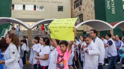 Mazatlán marcha contra de la reforma educativa y de salud