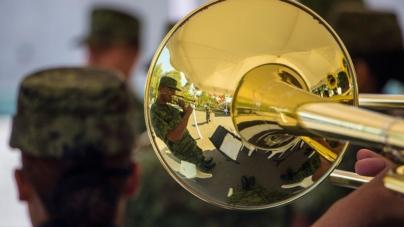 Rapsodia militar | Milicia abandona las armas y se deja llevar por la música
