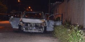 Taxistas queman unidad de Uber y golpean a chofer en Mérida
