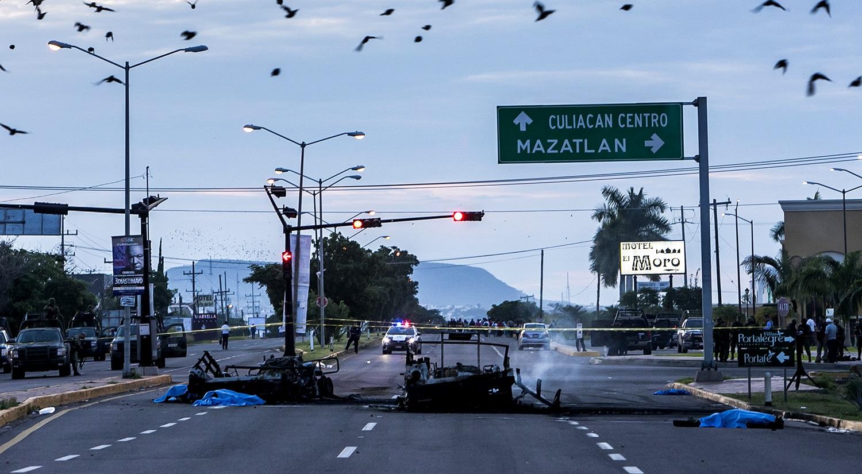 CULIACÁN, SINALOA, 30SEPTIEMBRE2016.- Una emboscada a un convoy del Ejército Mexicano, dejo como saldo cinco militares muertos y al menos 10 heridos entre ellos un paramedico de la cruz roja, los hechos se registraron en la  carretera México 15 a la altura del farccioamiento Espacios Barcelona, los datos prporcionados indican que las dos unidades del ejercito tipo Hummer regresaban de Badiraguato escoltando a una ambulancia que traía a una persona herida en calidad de detenido cuando sujetos fuertemente armados empezaron a disparar armas de grueso calibre como barret calibre .50, AK-47 y grandas calcinando las unidades militares, el sujeto detenido cuya identidad se desconoce fue liberado, un fuerte operativo por parte de la Marina y diferentes corporaciones policiacas se establecio en la zona aledaña a los hechos. FOTO: RASHIDE FRIAS /CUARTOSCURO.COM