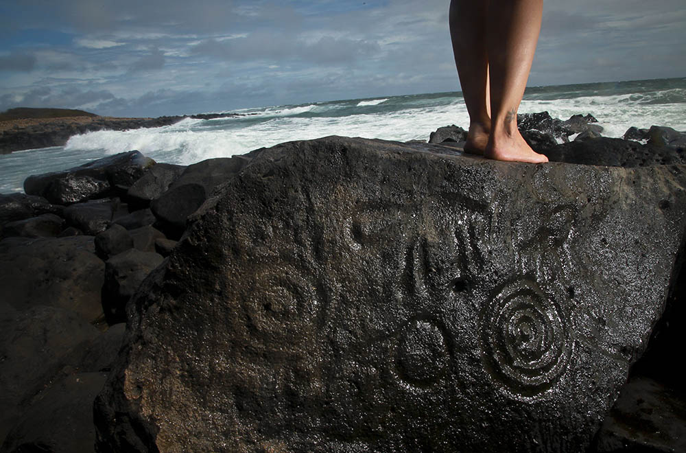 LAS LABRADAS, SINALOA.- A 40 minutos aproximadamente de la ciudad de Mazatlán, se encuentra una playa llamada las Labradas donde se observan decenas de petroglifos tallados en piedras volcánicas que data de miles de años de antigüedad, es uno de los sitios arquelógicos más importantes en todo el mundo. Existen varias formas labradas en las piedras como la de seres humanos con rayos en la cabeza, flores, animales, etc., sin embargo en todos los lugares que se han encontrado petroglifos siempre se observa la espiral ya sea como forma individual o como parte de otra figura, se dice que es la representación del sol y de la vida. FOTO: RASHIDE FRÍAS /CUARTOSCURO.COM
