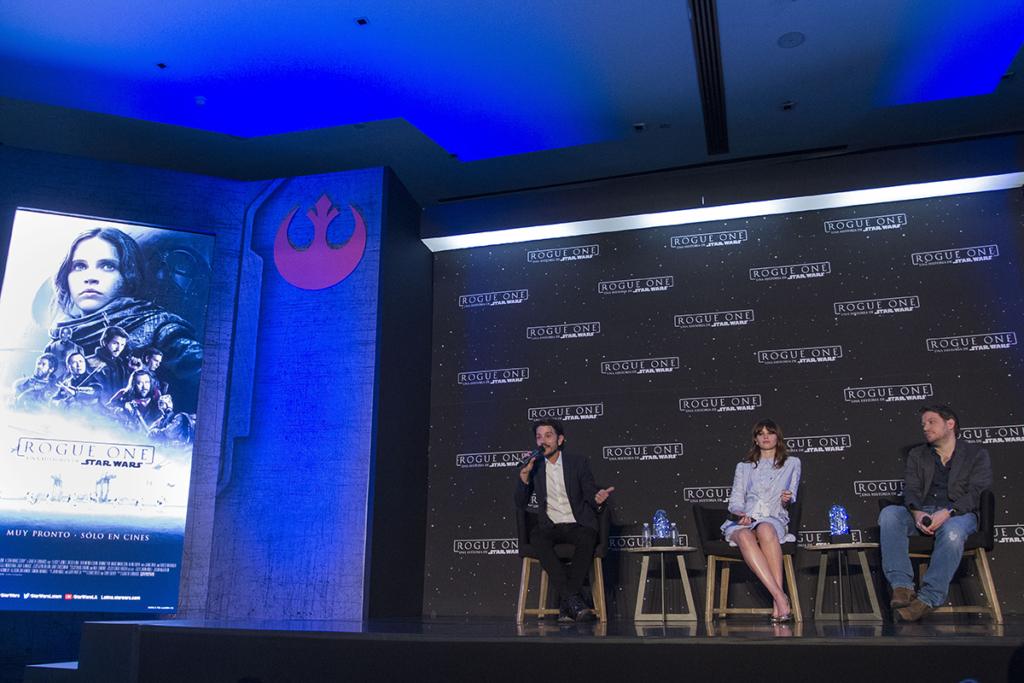 Los actores Diego Luna y Felicity Jones, protagonistas de 'Rogue One: Una Historia de Star Wars', acompañados del director Gareth Edwards, durante la conferencia de prensa del esperado filme. FOTO: Isaac Esquivel/ Cuartoscuro.