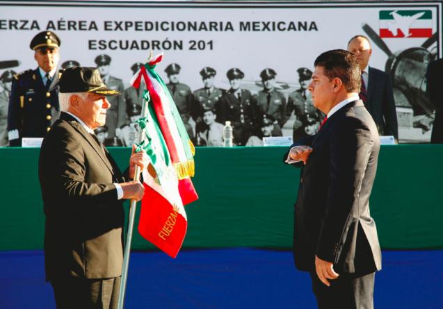El Escuadrón 201 entrega a Sinaloa réplica de bandera usada en la Segunda Guerra Mundial