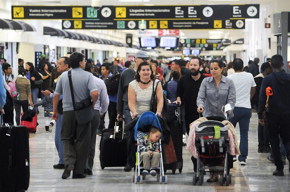 Ciudad de México. Cientos de personas acuden al aeropuerto de la Ciudad de México para salir a diversos puntos del mundo con motivo de las vacaciones decembrinas. (FOTO: Diego Simón Sánchez/ Cuartoscuro)