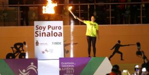 Enciende Chayito Espinoza pebetero de Olimpiada y Estatal Juvenil 2017 en Sinaloa