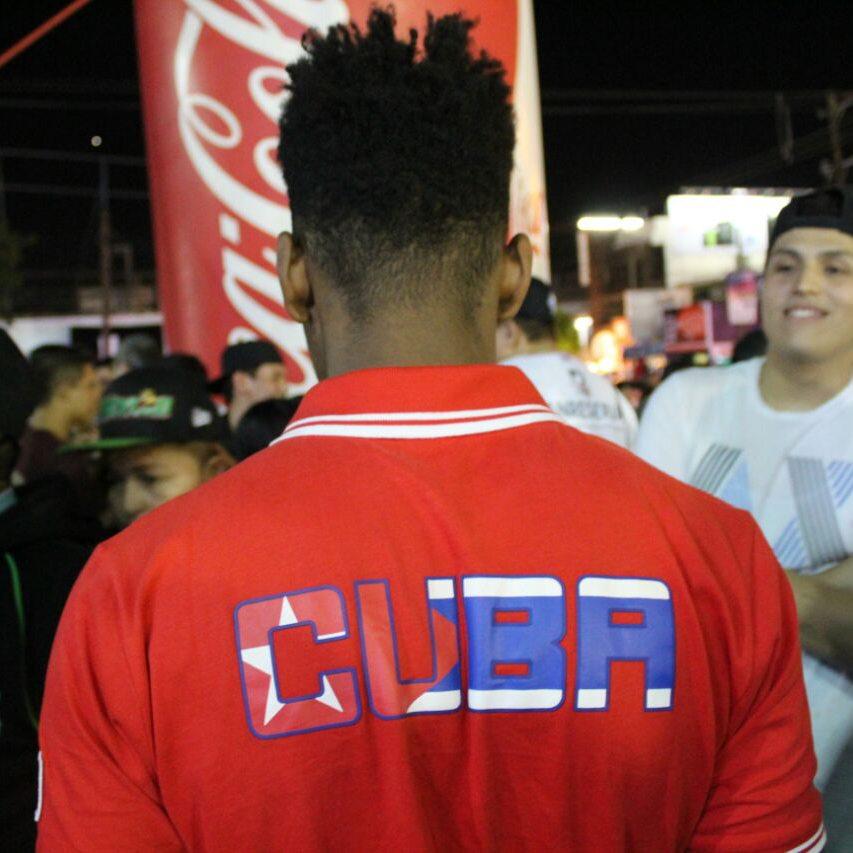 Aficionados cubanos decididos a apoyar a su equipo.