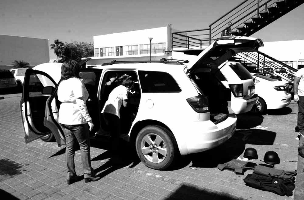 MEX30. NOVOLATO (MÉXICO), 29/03/2017.- Forenses inspeccionan el vehículo donde viajaban tres periodistas de la cadena de televisión árabe Al Jazeera y que fueron asaltados hoy, miércoles 29 de marzo de 2017, en el municipio de Navolato, en el estado de Sinaloa (México), informaron autoridades de justicia locales. Los periodistas -una española, un británico y un mexicano- fueron despojados de su vehículo, herramientas de trabajo y teléfonos móviles, y liberados ilesos cerca de un campo agrícola en la región, indicó el vicefiscal estatal Julio César Romanillo. EFE/Juan Carlos Cruz