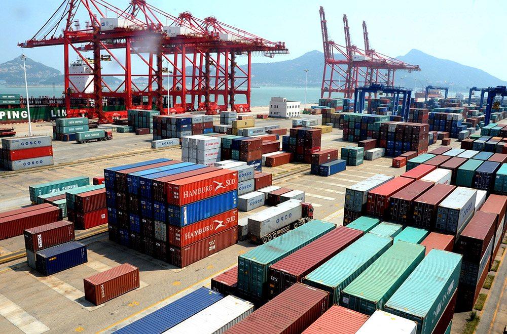 (130808) -- LIANYUNGANG, agosto 8, 2013 (Xinhua) -- Art¨ªculos de exportaci¨®n son apilados en el Puerto de Lianyungang, en Lianyungang, provincia de Jiangsu, al este de China, el 8 de agosto de 2013. Las exportaciones de China subieron un 5.1 por ciento intertanual a 185.99 mil millones de d¨®lares estadounidenses en julio, y las importaciones tambi¨¦n se recuperaron el mes pasado, ganando el 10.9 por ciento para ubicarse en 168.17 mil millones de d¨®lares estadounidenses, dijo en un comunicado la Administraci¨®n General de Aduanas el jueves.  (Xinhua/Wang Chun) (jg) (sp)