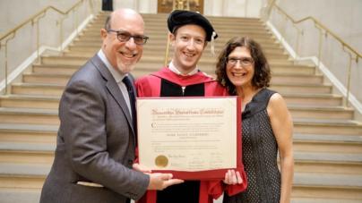 Después de 12 años, Mark Zuckerberg al fin se gradúa de Harvard