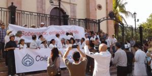 Marcha de médicos en Culiacán para exigir justicia por asesinatos