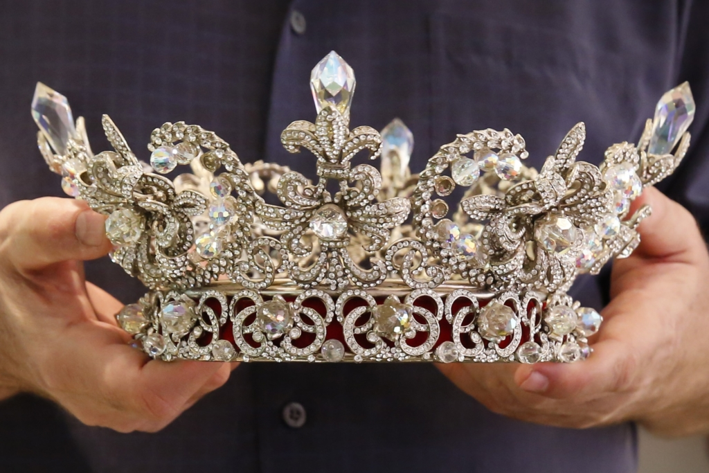 Jeweller George Wittels holds a crown designed by him and used in several Venezuelan beauty pageants at his store in Caracas September 13, 2014. Venezuela's famed models and aspiring beauty queens are struggling to doll themselves up. In a country that glorifies voluptuous women and opulent beauty pageants, even basics like deodorant are now at times tricky to find as strict currency controls have led to a scarcity of dollars for imported goods. Picture taken on September 13, 2014. REUTERS/Carlos Garcia Rawlins (VENEZUELA - Tags: FASHION POLITICS SOCIETY)
