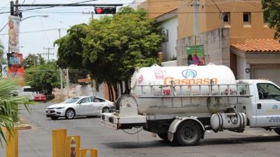 ¡Sálvese quien pueda! | Chocan contra una pipa de gas e intentan matar a balazos al repartidor