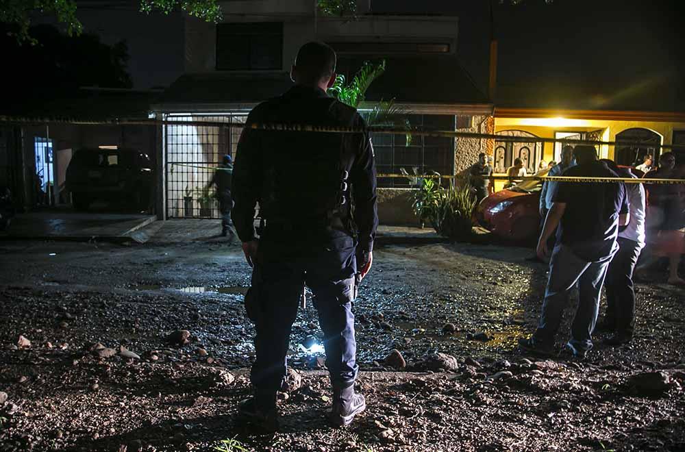 CULIACÁN, SINALOA, 11SEPTIEMBRE2016.- En el interior de una casa ubicada en la colonia Laures Pinos, fueron localizados tres personas sin vida con varios impactos de bala. Las víctimas fueron identificadas como Hector Farid, Jose Cruz, aún se desconoce la identidad de la fémina, diferentes instituciones policacas acudieron al lugar para realizar las investigaciones de campo, FOTO: RASHIDE FRIAS /CUARTOSCURO.COM