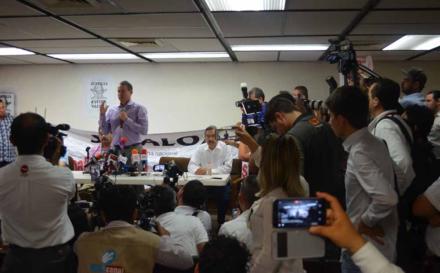 Ante asesinato de Javier Valdez, periodistas reclaman a Quirino: 'Hasta hoy no lo hemos visto como gobernador'