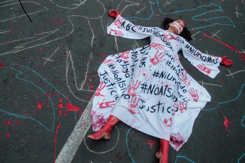 CIUDAD DE MÉXICO, 15JUNIO2017.- Decenas de personas y periodistas de diversos medios de comunicación, se manifestaron el día de hoy en la capital en contra de los asesinatos y desapariciones de comunicadores en el país FOTO:TERCERO DÍAZ /CUARTOSCURO.COM