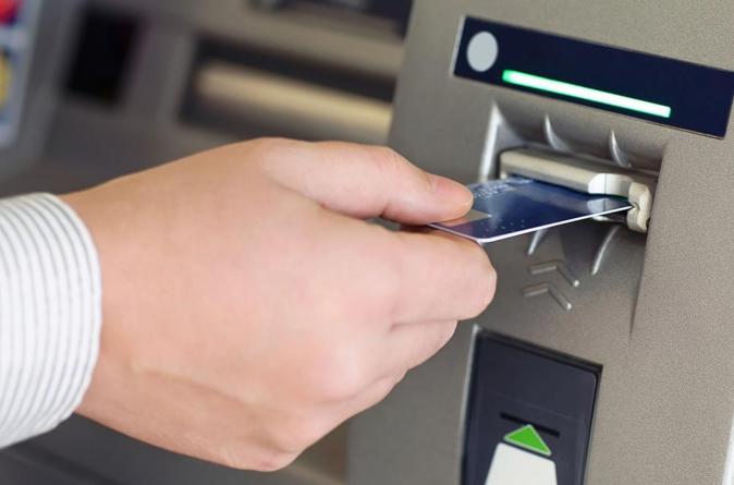 ¡No vayas solo! | Llaman a tomar precauciones al retirar dinero en bancos