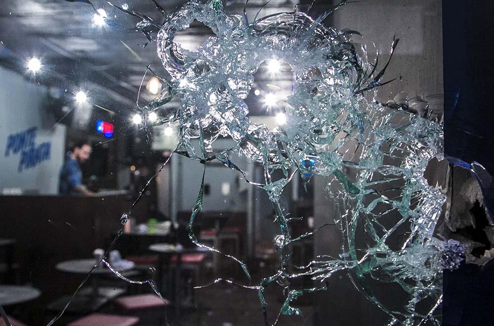 CULIACÁN, SINALOA, 24FEBRERO2017.- Una balacera en un bar ubicado en el Desarrollo Urbano Tres Rios dejo como saldo tres personas sin vida y al menos diez heridos. Las primeras versiones indican que al lugar llego una persona armada, al negarle la entrada por el guardia de seguridad bajo al estacionamiento de la plaza y de su automóvil saco un fusil de asalto AK-47 (cuerno de chivo) y un rifle AR-15 que  junto con dos sujetos mas comenzaron a disparar, posteriormente subieron al segundo piso para ingresar al bar  agrediendo a las personas presentes. Las víctimas fueron identificadas como Raul Otero Yopis de nacionalidad cubana, Yamileth ¨N¨ de 17 años de edad y Susan ¨N¨. Al lugar arribaron autoridades para realizar las investigaciones de ley. FOTO: RASHIDE FRIAS /CUARTOSCURO.COM