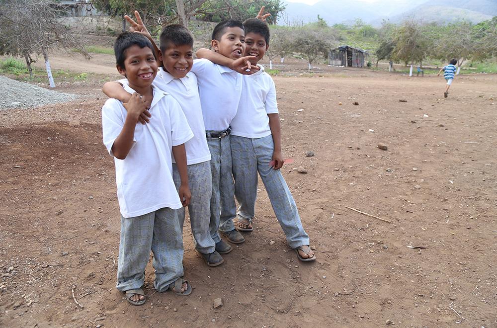 AQUILA, MICHOACÁN. 05JULIO2017. Xayakalan es una comunidad Nahua de la Costa Sierra de Michoacán, está comunidad cuenta con cuatro salones de palitos en donde se imparten clases a los niños de inicial, preescolar y dos grupos de primaria,  La población de 5 años y más de edad hablante de lengua indígena en la entidad ha aumentando gradualmente en el último medio siglo, luego de haber caído drásticamente entre 1930 y 1950, y habiendo recuperado en 1970 los niveles que había tenido al inicio del siglo pasado. Para el año 1900, en el estado de Michoacán, 50.2 mil personas de este grupo de edad hablaba alguna lengua indígena, en 1930 este valor se ubicó en 6.9 mil, en 1970 alcanza los 62.9 mil, 30 años después esta cifra se duplico y llego a la cifra de 136.6 mil personas para el año 2010. FOTO: JUAN JOSÉ ESTRADA SERAFÍN/ CUARTOSCURO.COM