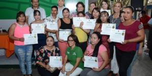 Escuela para madres y padres | Egresan padres preparados para impulsar estudios de sus hijos