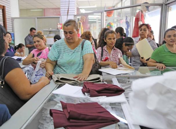 Se registran más de 18 mil uniformes y útiles escolares gratuitos entregados en las primeras horas de canje