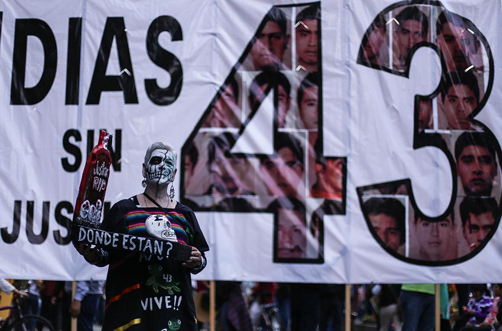 CIUDAD DE MÉXICO, 26SEPTIEMBRE2017.- Familiares de los 43 estudiantes desaparecidos de Ayotzinapa, en compañía de organizaciones sociales y estudiantiles marcharon en silencio del Ángel de la Independencia al Antimonumento +43 en Reforma y Juárez, al complirse 3 años del ataque que sufieron en Iguala, Guerrero. FOTO: ADOLFO VLADIMIR /CUARTOSCURO.COM
