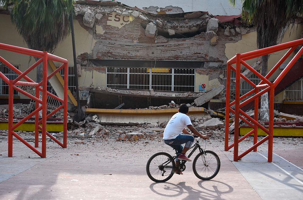 JUCHITÁN, OAXACA, 08SEPTIEMBRE2017.- Autoridades locales confirmaron la muerte de 31 personas tras el sismo de 8.2 grados Richter. En este municipio se registró la caída del palacio municipal, casas, un hotel y otros inmuebles, en donde rescatistas buscan entre los escombros a sobrevivientes. FOTO: ÁNGEL HERNÁNDEZ /CUARTOSCURO.COM