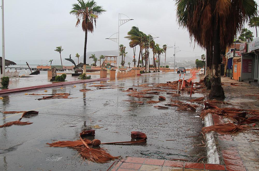 """LOS CABOS, BAJA CALIFORNIA SUR, 01SEPTIEMBRE2017.- El paso de la tormenta tropical """"Lidia"""" dejó daños materiales en La Paz capital del estado de Baja California Sur, los más notorios en la zona turística del malecón así como las principales avenidas de la ciudad. FOTO: GABRIEL LARIOS /CUARTOSCURO.COM"""