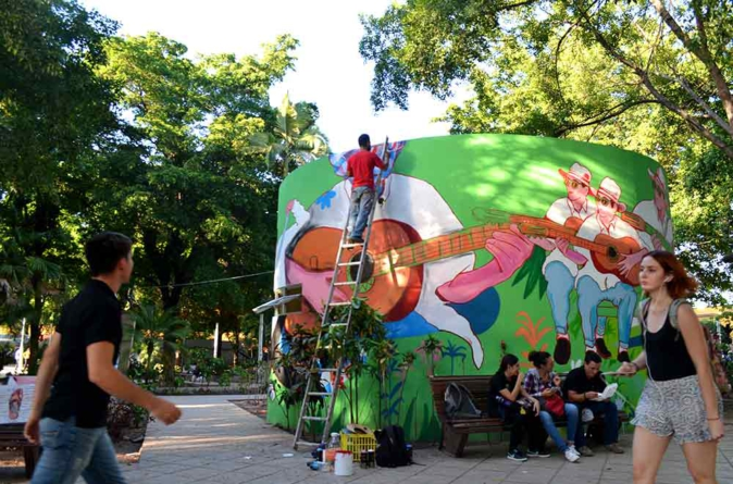 El Taqhero convierte baños públicos en vistosos 'murales en movimiento'