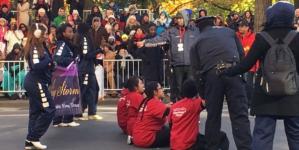 ¿Y tú… cómo protestas? | Jóvenes bloquean el desfile de Acción de Gracias en Nueva York