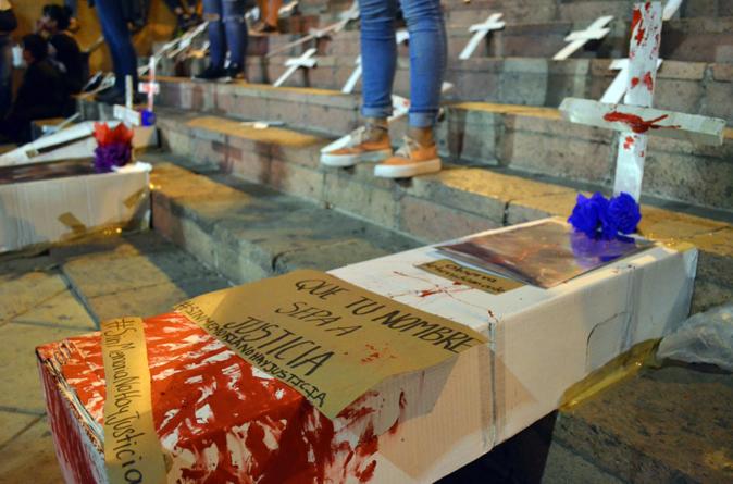 Jóvenes aprovechan multitud por desfile navideño en Culiacán para exigir justicia