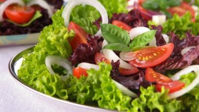 Lo dice la ciencia | Una ensalada al día podría mantener el cerebro 11 años más joven