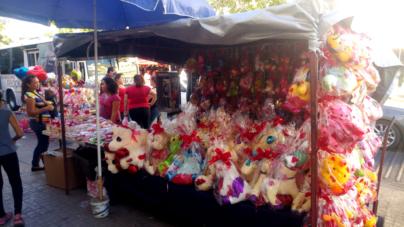 Aun advertidos, vendedores informales abarrotan el Centro de Culiacán previo a San Valentín