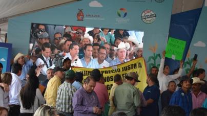 Campesinos bloquean acceso y truenan inauguración de la Expo Agro
