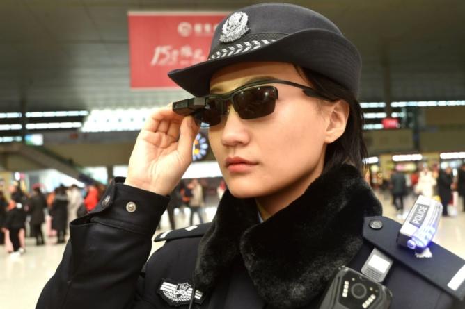 ESPEJO Negro | La policía China está equipada con gafas de reconocimiento facial
