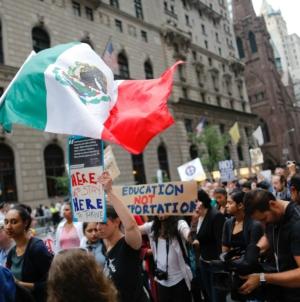 Autoridades estadounidenses abandonan la 'tolerancia cero' a familias migrantes