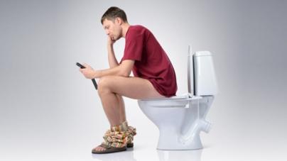 Usar el celular en el sanitario puede causar hemorroides