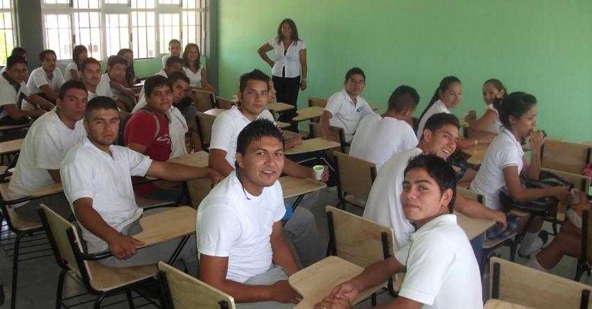 ¿Pensando en dejar la escuela? | Mejor solicita una Beca para la Continuación de Estudios