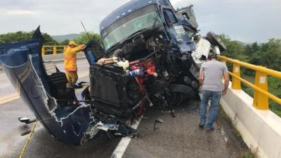 Alerta El Rosario por derrame de agroquímicos en choque sobre puente Baluarte