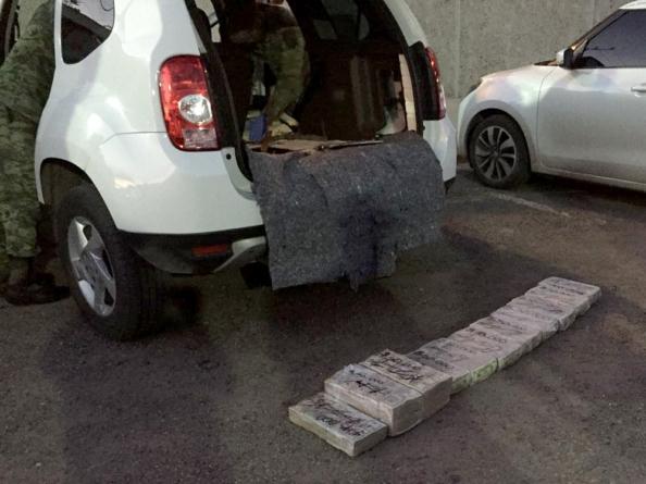 Decomisa Ejército 545 mil dólares en compartimiento secreto de auto en Culiacán